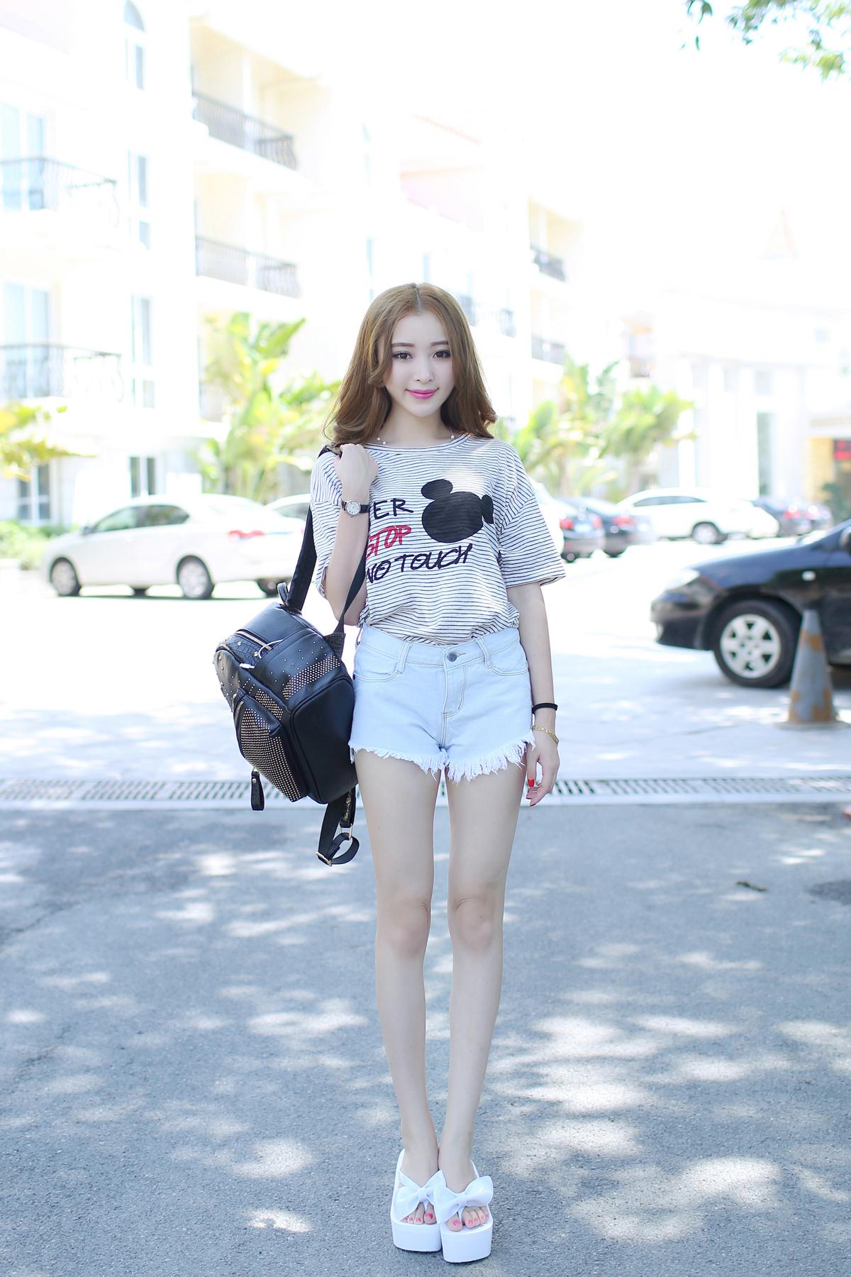 可爱米奇t搭配浅色牛仔短裤,发光运动鞋,休闲风.