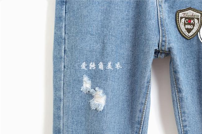 破洞直筒贴布图案显瘦牛仔裤