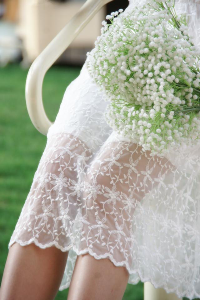 白色蕾丝花朵刺绣连衣裙
