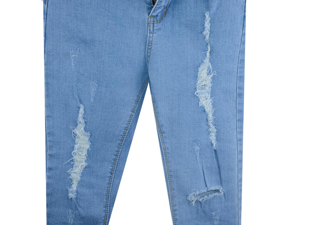 浅蓝色破洞牛仔裤
