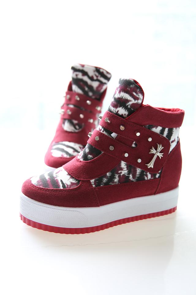 何小小 红色运动鞋