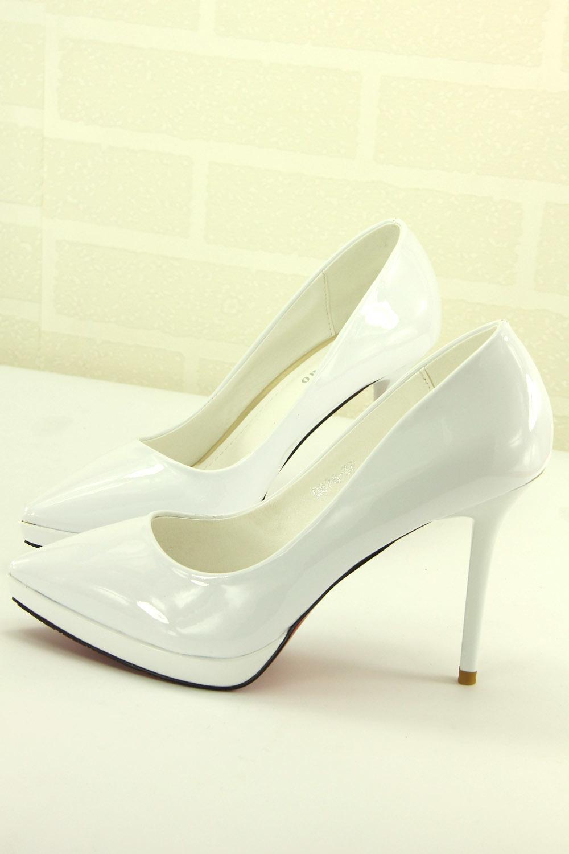 纯白色细跟高跟鞋