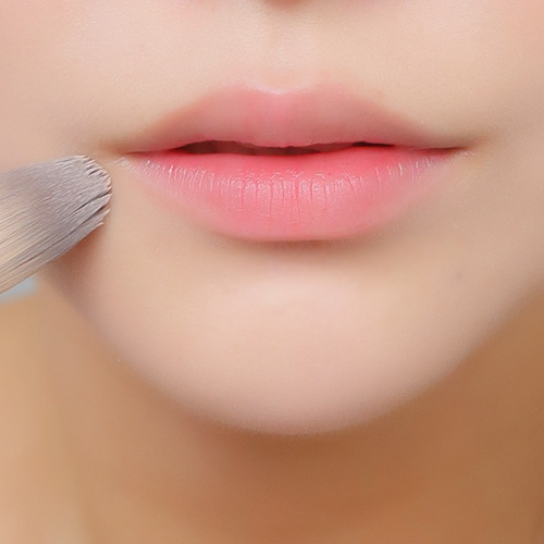 想要干净的唇妆,在唇部彩妆前先用粉底在唇周再涂抹一层,使唇部形态更