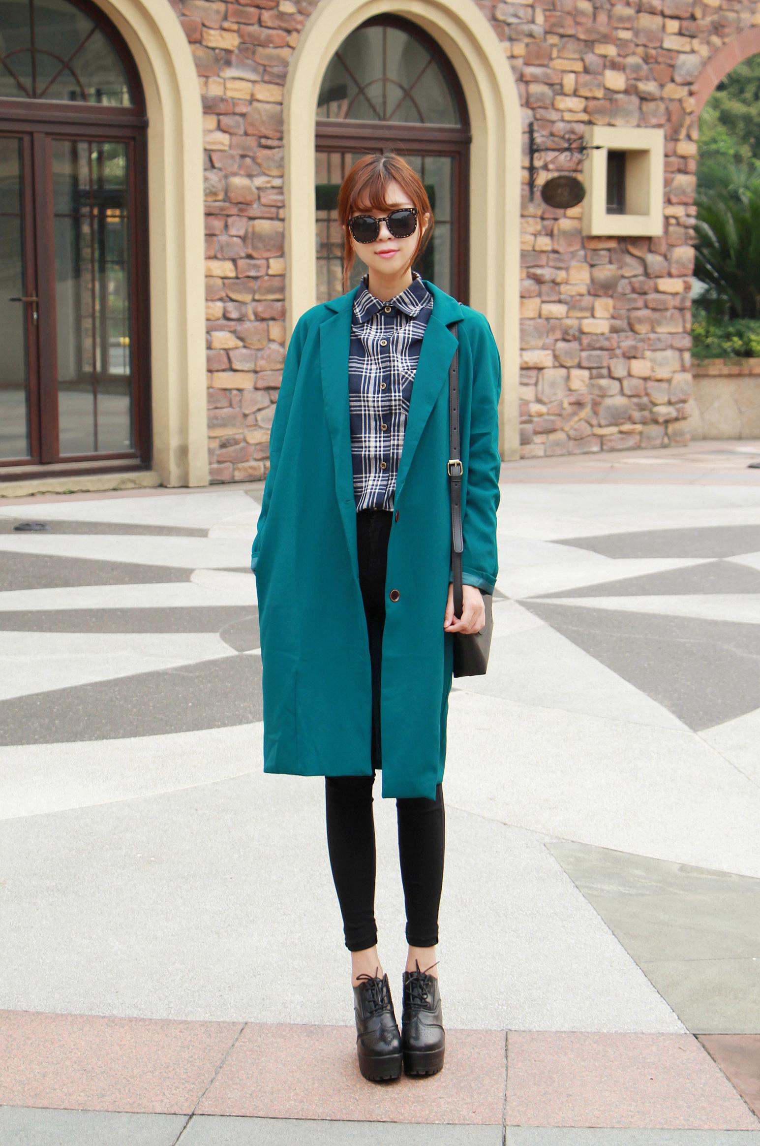 长款的西装外套搭配格子衬衫跟粗跟鞋