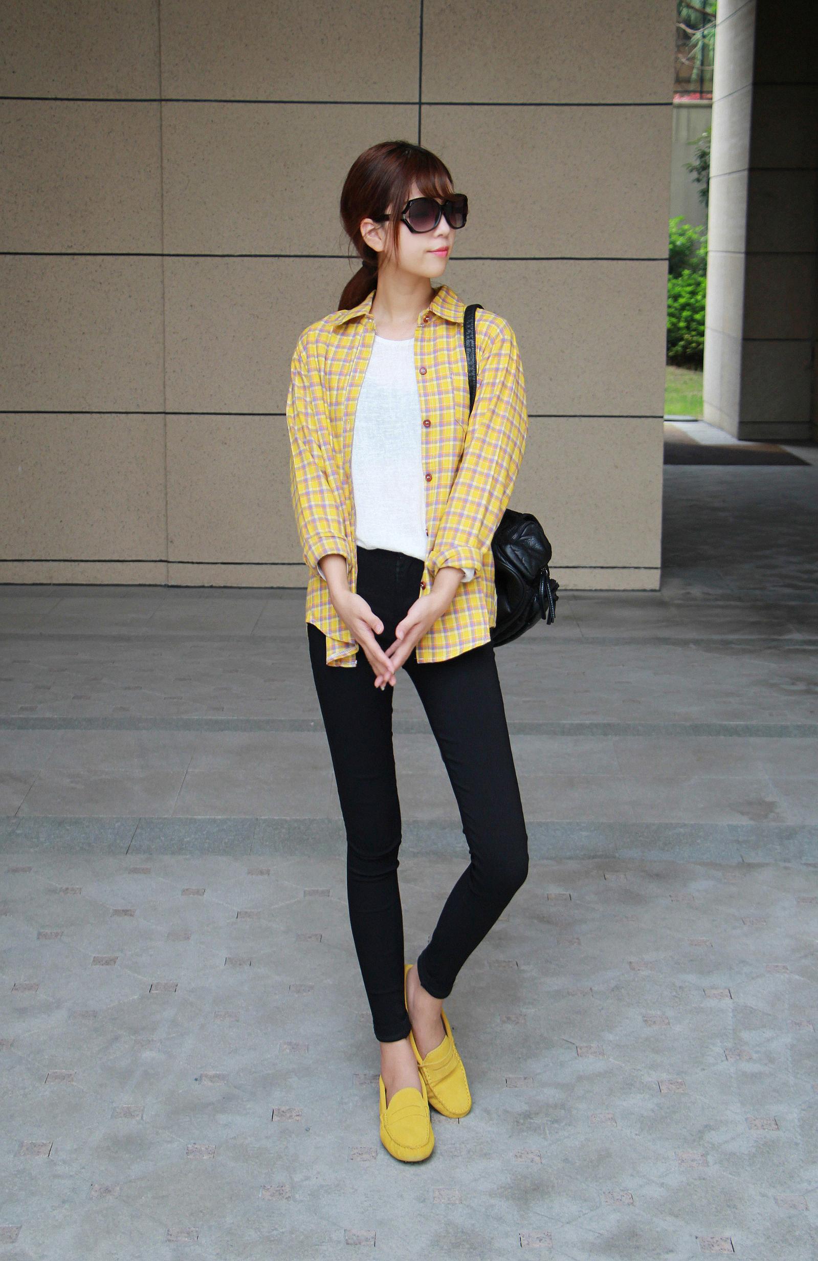黄色格子衬衫跟豆豆鞋的搭配文艺清新范儿的一套哦