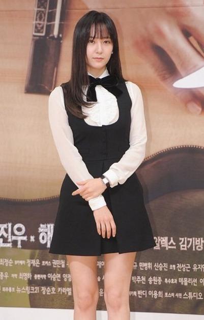 郑秀晶穿着白衬衫搭配黑色背带