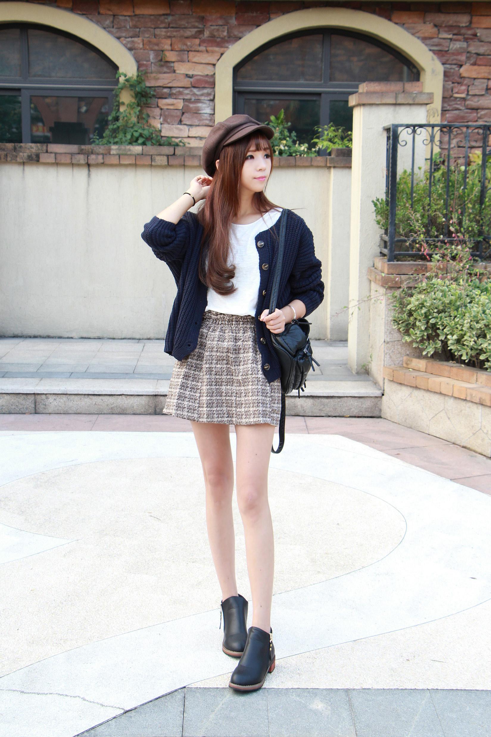 宽松版毛衣开衫搭配格子短裙跟黑色短靴超喜欢的一套