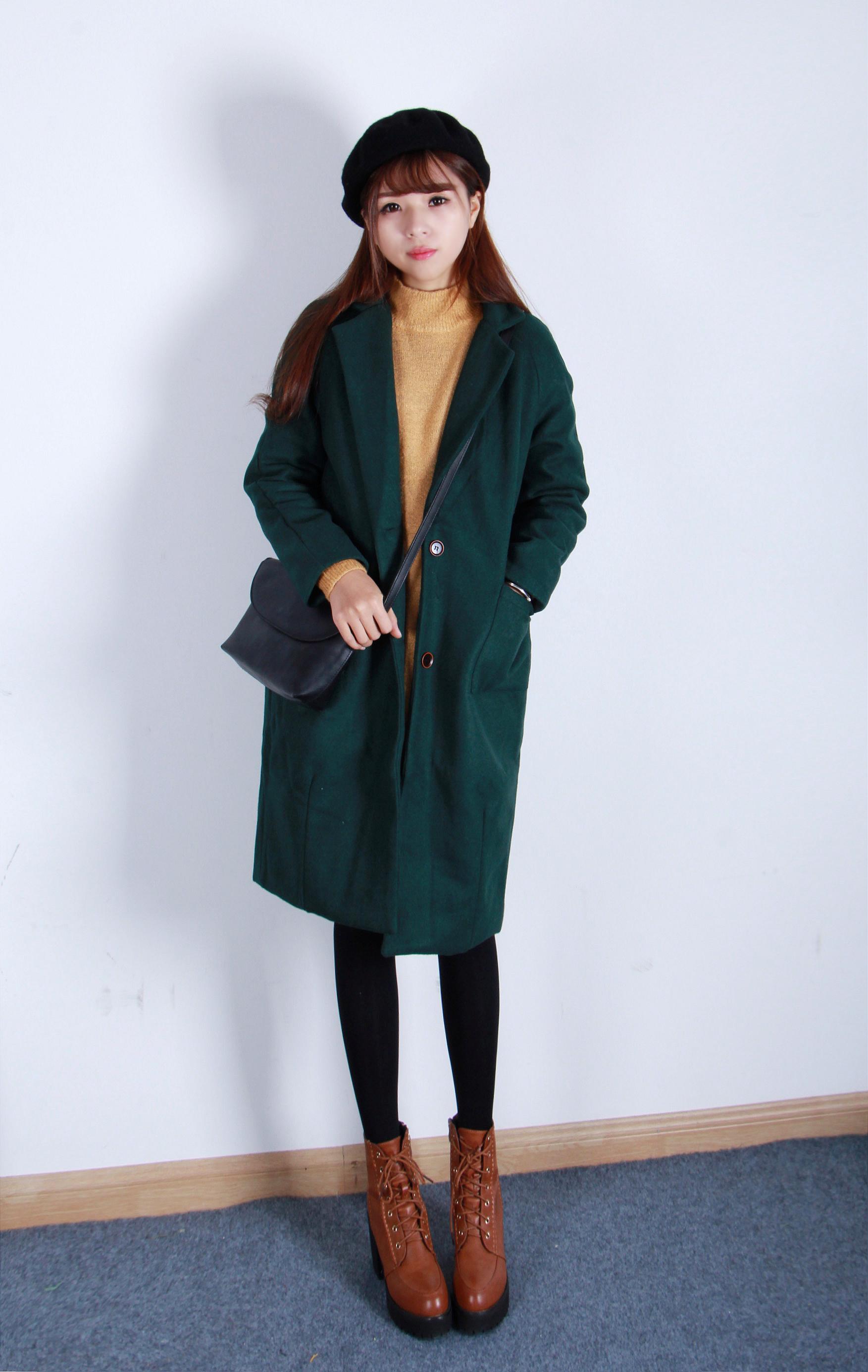 蚕茧型长款呢大衣搭配高领毛衣裙复古风的一套